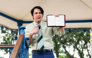 Petronio Gontijo first preaching of Edir in public square in Nothing to lose movie